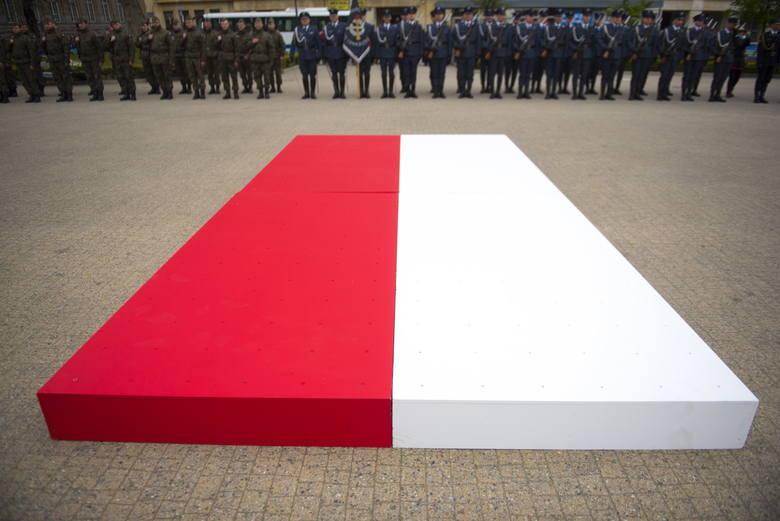 """Fotografie składające się na książkę """"Biało-Czerwona"""" opisują złożoną sytuację we współczesnej Polsce na przestrzeni ostatnich dziewięciu lat. Jak przyznaje"""