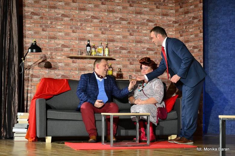Jim udaje przed szefem, że służąca Edna to jego żona. Na zdjęciu od lewej: Mirosław Pelc, Ewa Sierżęga, Bartosz Buk