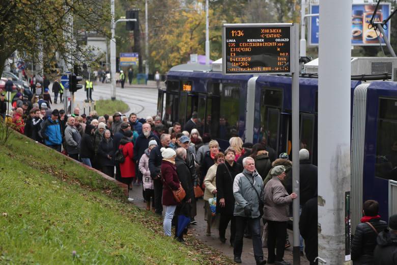 W dniu Wszystkich Świętych na cmentarze najlepiej pojechać komunikacją miejską. MPK uruchamia dodatkowe linie tramwajowe i autobusowe, które zatrzymają