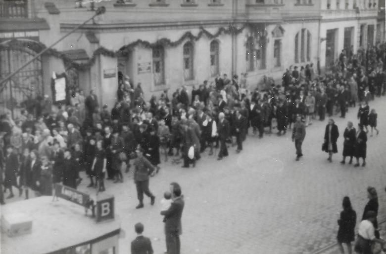 Kondukt pogrzebowy ofiar z Doliny Śmieci ekshumowanych po wojnie i pochowanych na cmentarzu na Wzgórzu Wolności
