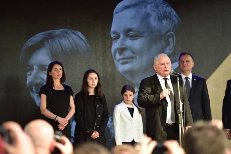 8. rocznica katastrofy smoleńskiej [RELACJA NA ŻYWO] Uroczystości w Warszawie. Marsz PiS i kontrmanifestacje w Warszawie