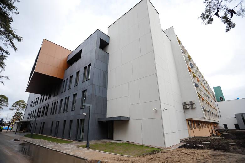 Mimo trudności związanych z epidemią Covid-19 trwają prace wykończeniowe i montaż sprzętu w obiektach nowego miasteczka szpitalnego na toruńskich Bielanach.