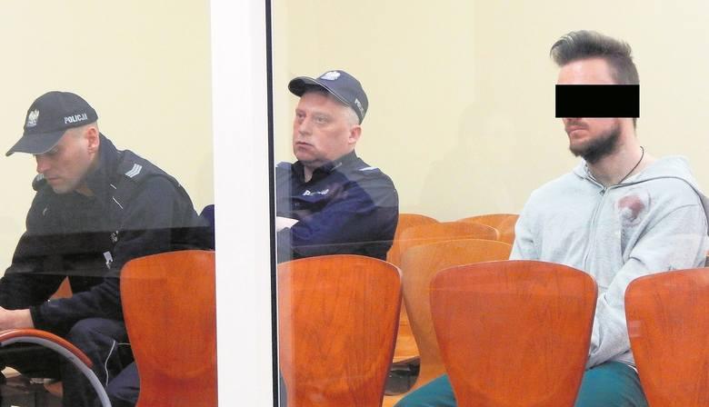 Na sali rozpraw Maciej M. siedział za pancerną szybą. Policja doprowadzała go skutego kajdankami także na nogach.