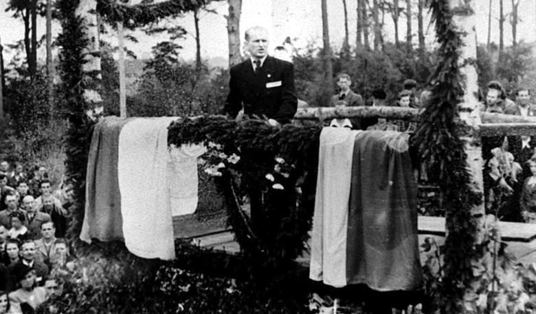 Grupa byłych więźniów na terenie Stutthofu w 1946 roku, zdjęcie wykonano prawdopodobnie przy okazji uroczystości 7 września 1946 r. W tle barak na terenie