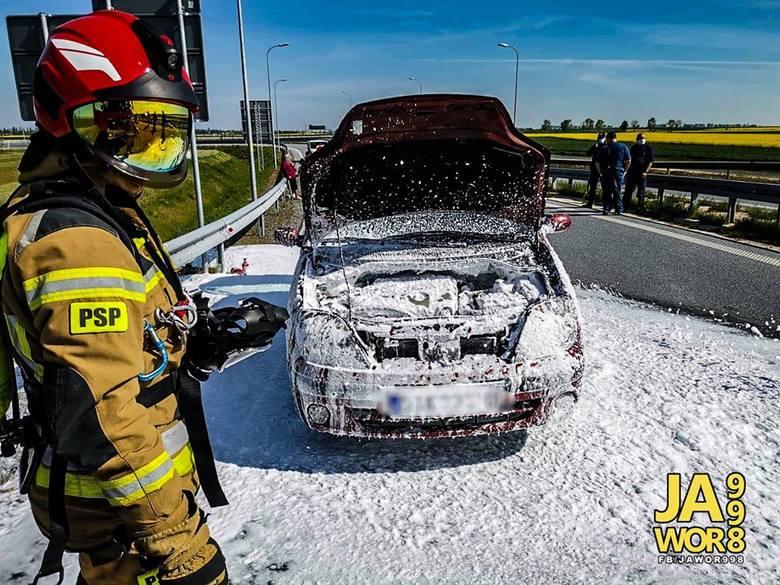 Pożar samochodu z pięcioma osobami w środku [ZDJĘCIA]