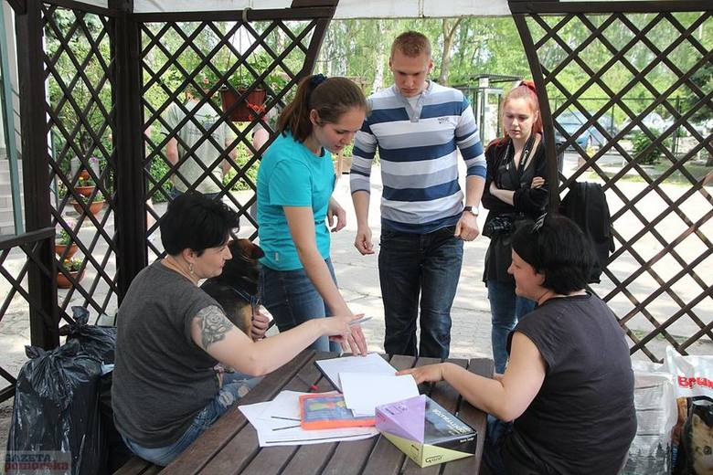 Na każdym kroku Monika Siedlecka, dyrektor przytuliska podkreśla, że ogromny wkład w pomoc zwierzakom wkładają wolontariusze. Nie tylko wyprowadzają psiaki na spacery spędzają z nimi czas, ale także sprawdzają jak się im wiedzie w nowych domach.