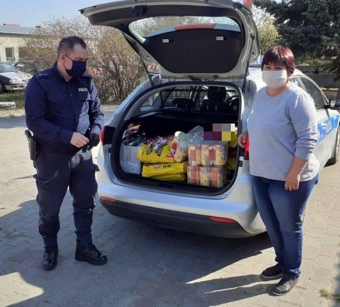 Funkcjonariusze z Konecka (powiat aleksandrowski) przekazali 140 kilogramów karmy dla czworonożnych podopiecznych ze schroniska Disel.