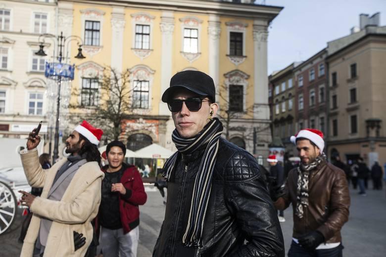 Kraków. Kandydaci do tytułu Mister Supranational spacerują po Rynku Głównym [ZDJĘCIA]