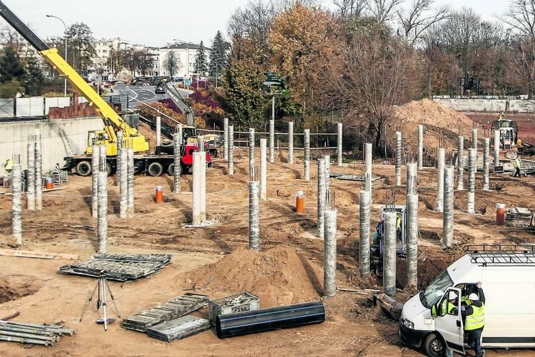 Budowa parkingu ma się zakończyć pod koniec grudnia.
