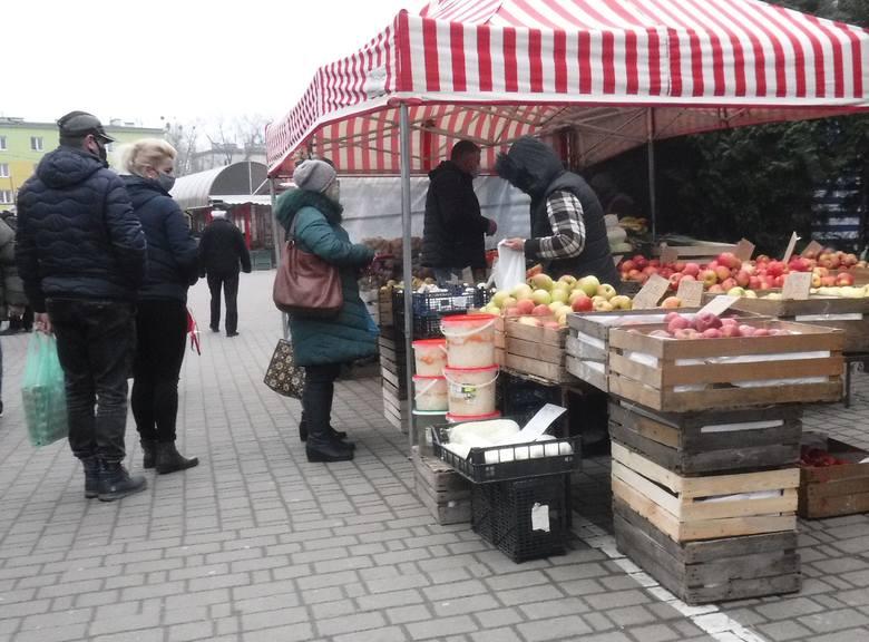 Sobota to pierwszy dzień targowy w Nowym 2021 Roku. Na targowisko Korej panował niewielki ruch. Największym powodzeniem cieszyły się owoce i warzywa.