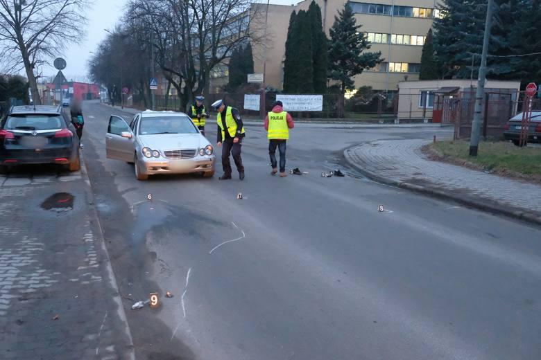 Do wypadku doszło w czwartek rano na ul. Batorego w Przemyślu.Kierujący mercedesem potrącił mężczyznę poza przejściem dla pieszych. Poszkodowany pieszy