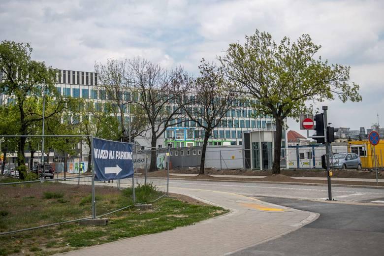 Skanska, odpowiedzialna za budowę Nowego Rynku na terenie dawnego dworca PKS w Poznaniu, podczas prac budowlanych uszkodziła osiemnaście jesionów, rosnących wzdłuż ulicy Przemysłowej. Sprawca za szkody może zapłacić karę nawet 100 tysięcy złotych.