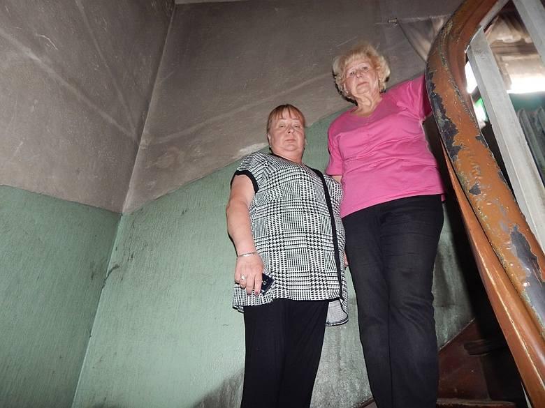 Tej klatki nie malowano od 20 lat. Jednak teraz po pożarze jest jeszcze gorzej - mówią Elżbieta Muszyńska i Anita Gazińska. W pożarze zginął właściciel