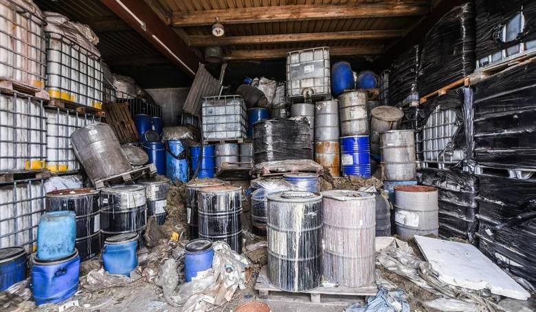 Przynajmniej od czerwca 2018 roku niebezpieczne odpady składowane są przy Szosie Okrężnej 11