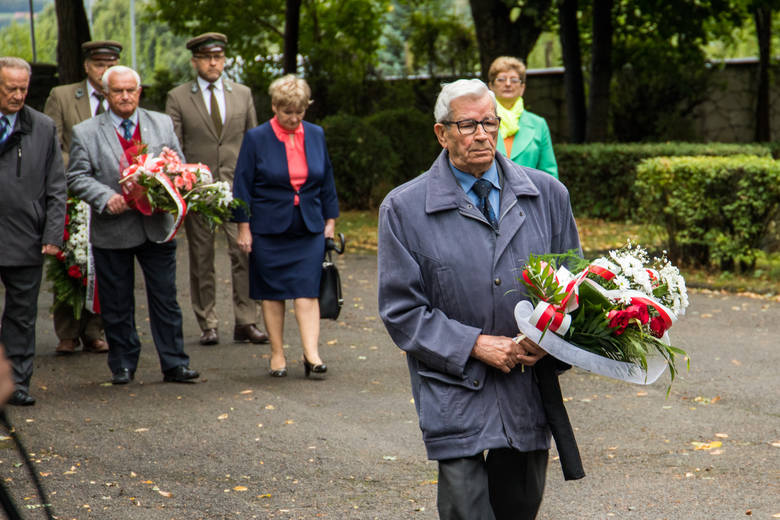 Rocznica wybuchu II wojny światowej w Ostrowcu. Była krótka uroczystość na cmentarzu [ZDJĘCIA]