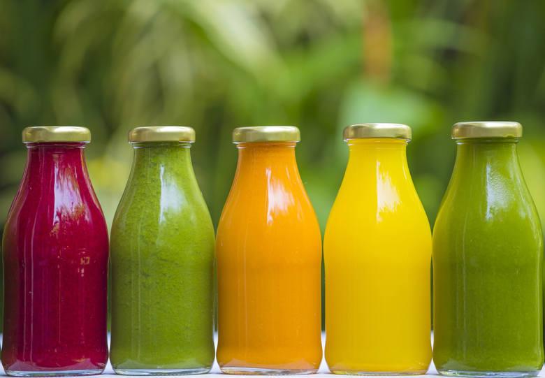 Czy warto pić soki? Tak, jeśli tylko są naturalne i bez dodatku cukru! Wtedy mogą zastąpić całą porcję z zalecanych 5 porcji owoców i warzyw dziennie.Soki