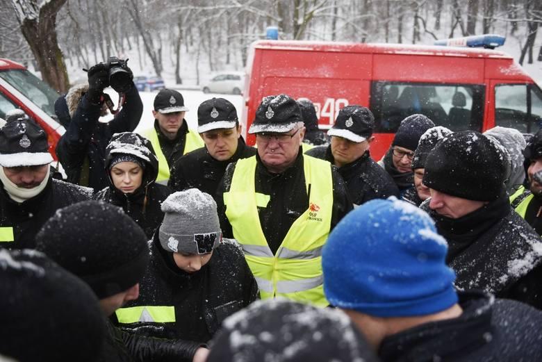 Grupa śmiałków postanowiła na własną rękę włączyć się w poszukiwania Michała. To nie tylko jego znajomi z Turku, skąd pochodzi, ale też zespół Ochotniczej Straży Pożarnej z Turku oraz mieszkańcy Poznania, których poruszył los chłopaka. Ochotników z Turku przywiózł specjalny autobus.<br /> <br />...