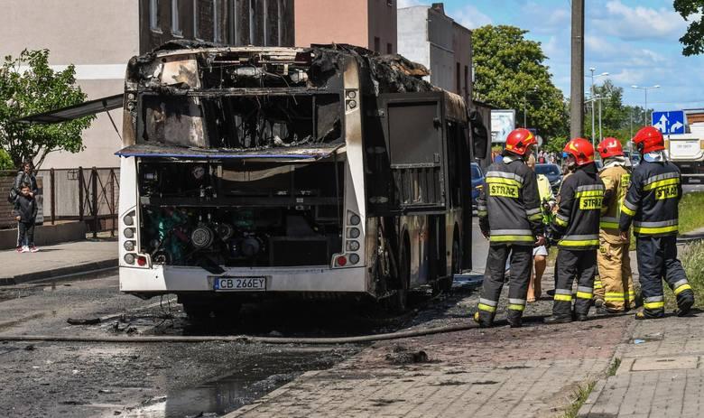 - Zgłoszenie o pożarze autobusu przy Pięknej/Strzeleckiej otrzymaliśmy o 11.54. Na miejsce dotarły dwa wozy bojowe z Jednostki Ratowniczo-Gaśniczej nr