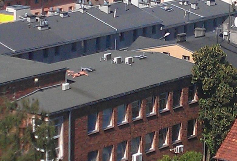 To ekipa remontowa w czasie półgodzinnej przerwy śniadaniowej opala się na dachy stargardzkiego sądu.