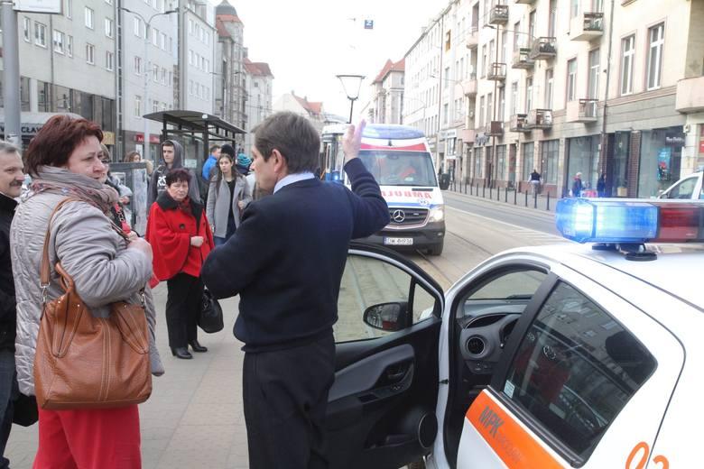 Karetka zablokowała torowisko. Reanimacja na przystanku na Piłsudskiego