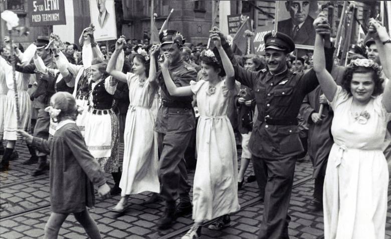 Pierwszomajowe pochody, choć przebiegające według sztywnego scenariusza, starano się także i w Bydgoszczy w różnorodny sposób ubarwić i urozmaicić ulicznymi występami, zwłaszcza w latach 70. i 80. ub. stulecia