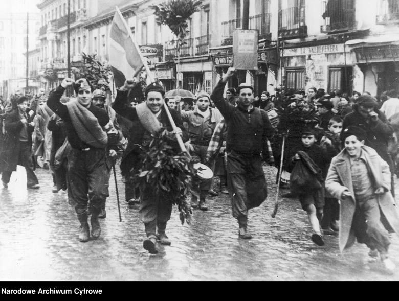 Przemarsz ulicami Madrytu żołnierzy Brygad Międzynarodowych powracających z frontu (1937 r.)