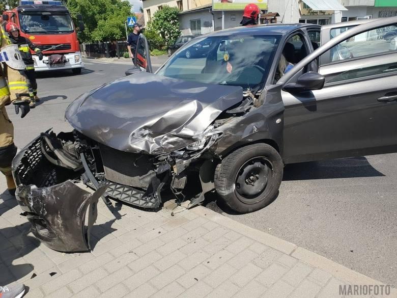 Wypadek na skrzyżowaniu ul. Prószkowskiej i Odrodzenia w Opolu. Zderzyły się dwa samochody: peugeot i audi.