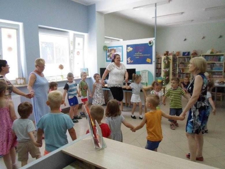 """Podajmy sobie ręce"""" - pod takim hasłem w Filii nr 1 Biblioteki Miejskiej im. Jana Kasprowicza w Inowrocławiu odbyło się świętowanie Dnia Dziecka. Gośćmi"""