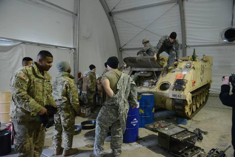 W koszarach stoi kilkadziesiąt baraków, w których mieszka ponad stu żołnierzy US Army.