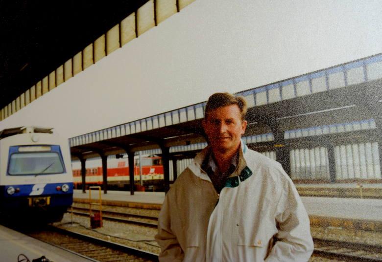 Maj 1997 roku. Wielki pasjonat kolei na stacji Wien Südbanhof (dworzec Austriackich Kolei Federalnych (ÖBB) <br />