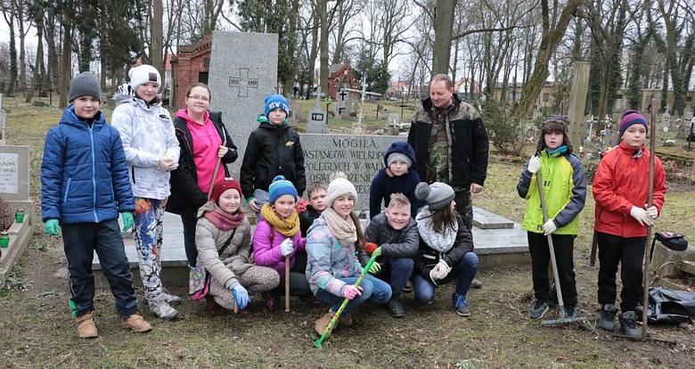 Wolontariusze porządkowali dawny cmentarz w Międzyrzeczu