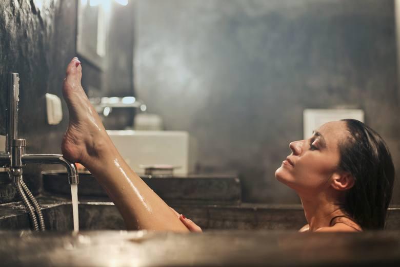 Nawet delikatne środki do mycia często odtłuszczają i wysuszają skórę w takim stopniu, że trudno nawilżyć ją za pomocą zwykłego balsamu do ciała, kremu