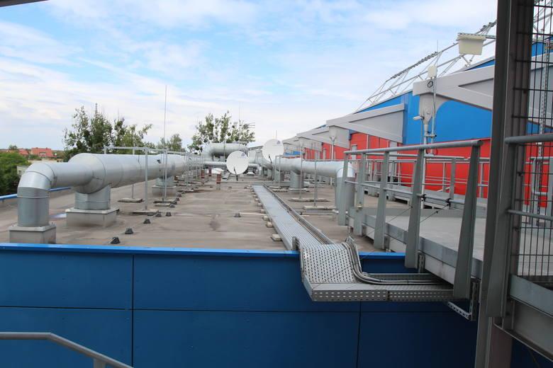 Dach części biurowej stadionu.