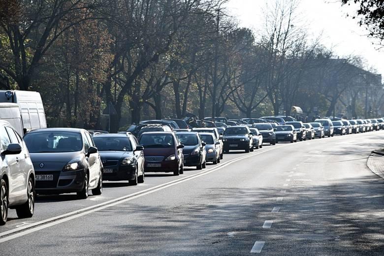Sznur samochodów w rejonie cmentarza przy ul. Piaskowej w Puławach