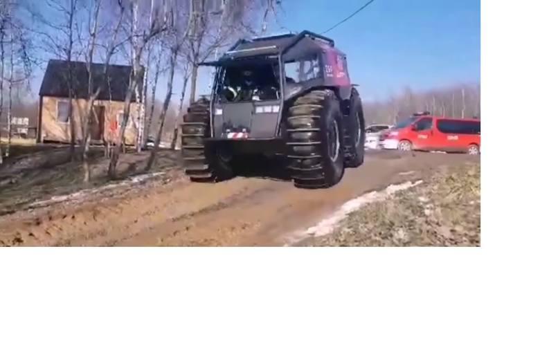 """Małopolscy strażacy testowali rosyjski pojazd do zadań specjalnych. """"Sherpowi"""" nie groźne rwące rzeki i mokradła [ZDJĘCIA]"""