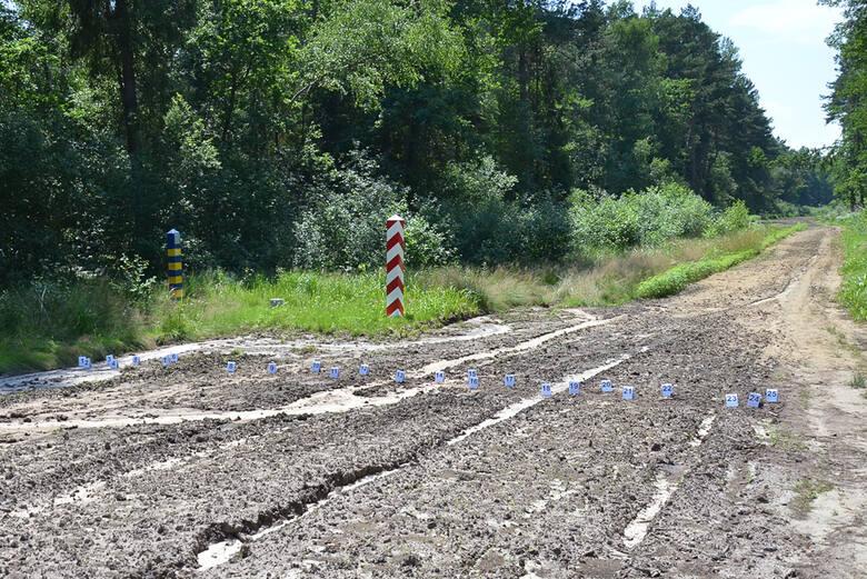 Kontrolny pas drogi granicznej z oznaczonymi śladami w rejonie Budomierza.