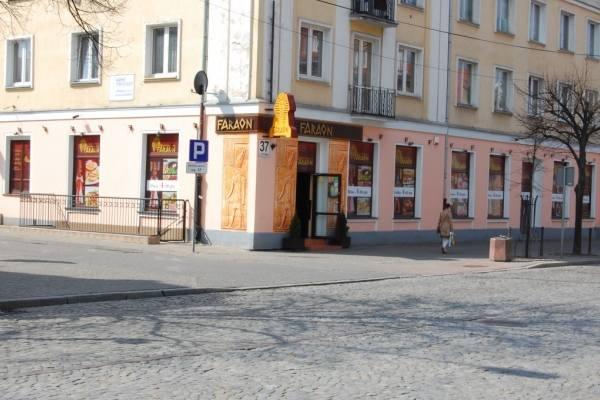Restauracja Faraon mieściła się przy ulicy Lipowej od września 2009 roku. Zajęła miejsce po restauracji sieci Sphinx.