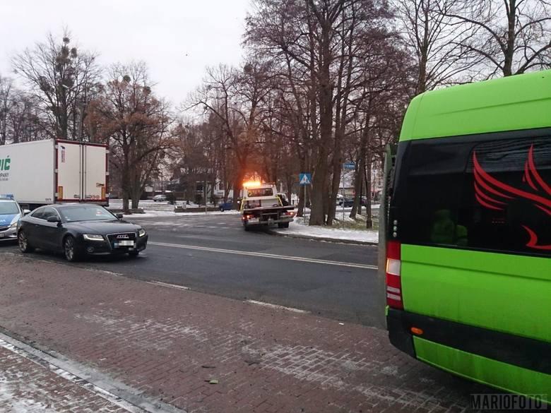 24-letnia kierująca audi A5, wyjeżdżając z miejsca parkingowego na ul. Namysłowskiej w Dobrzeniu Wielkim, wymusiła pierwszeństwo przejazdu na mercedesie