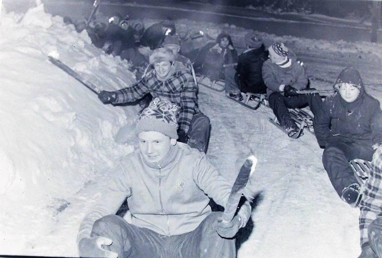 Kulig słupszczan w zimę stulecia z pochodniami.