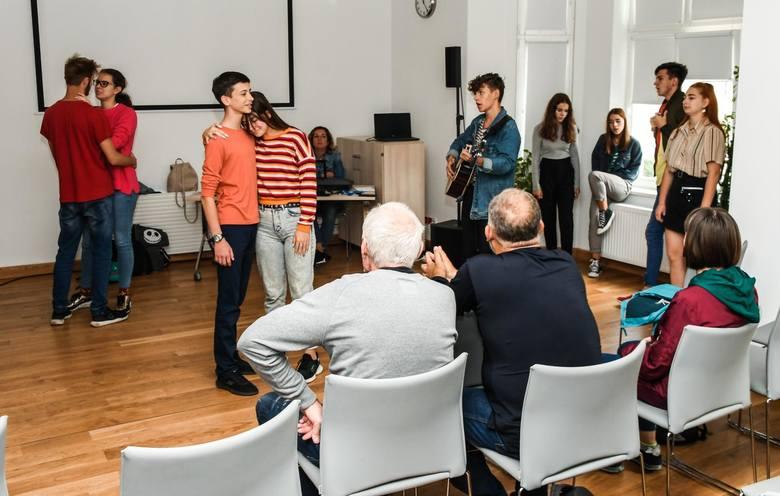Młodzi ludzie ćwiczyli w czwartek w Bydgoskim Centrum Organizacji Pozarządowych i Wolontariatu przed piątkowym koncertem w Kujawsko-Pomorskim Centrum