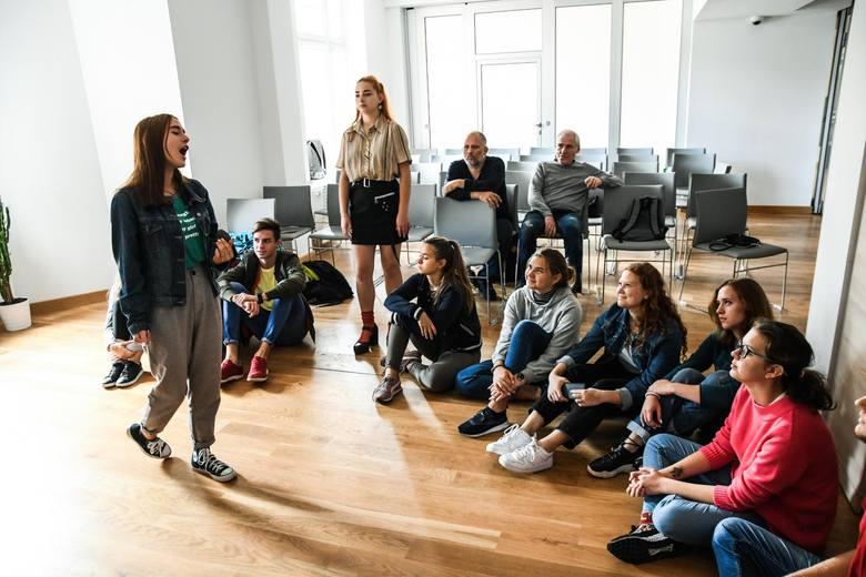 Młodzi ludzie z Czerkas i Bydgoszczy razem śpiewają piosenki na scenie