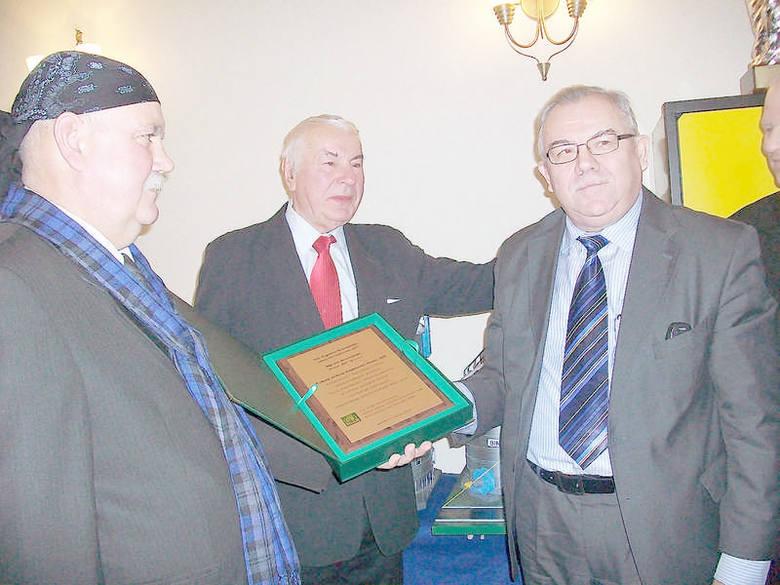 Prof. dr hab. Edward Arseniuk (z prawej), przewodniczący Rady Ekspertów PZPRZ składa życzenia Janowi Krzemińskiemu (z lewej), prezesowi BIN Sp. z o.o.,