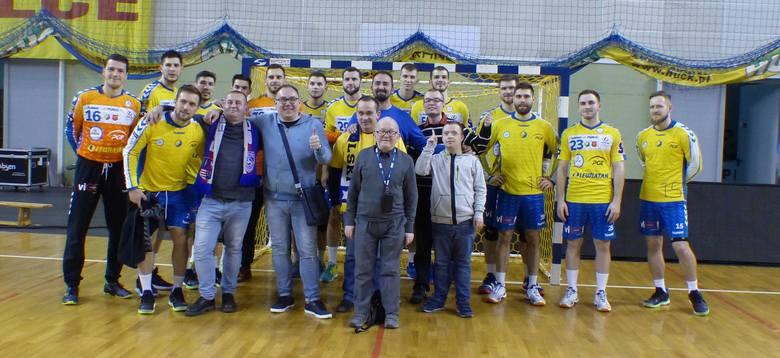 """Stowarzyszenie """"Z Nami Raźniej"""" z Kielc przygotowało kolejną niespodziankę dla osób chorych i niepełnosprawnych. Tym razem podopieczni byli na pojedynku"""