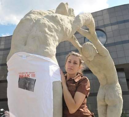 - Rzeźba to przecież sztuka, a ja nikogo obrazić nie chciałam. Za to obraził mnie prezydent tą koszulką - żali się Agnieszka Wolska.