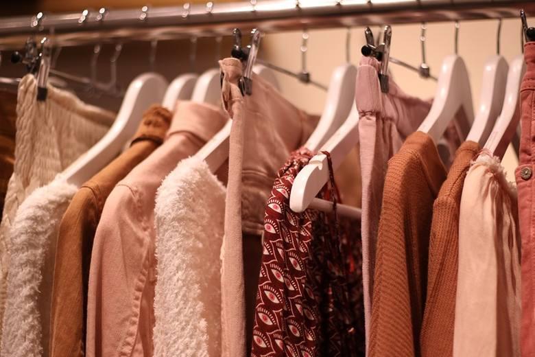 Aukcje komornicze są szansą na ustrzelenie nowych ubrań w okazyjnych cenach. Sprawdźcie, co będzie licytowane w najbliższych dniach.