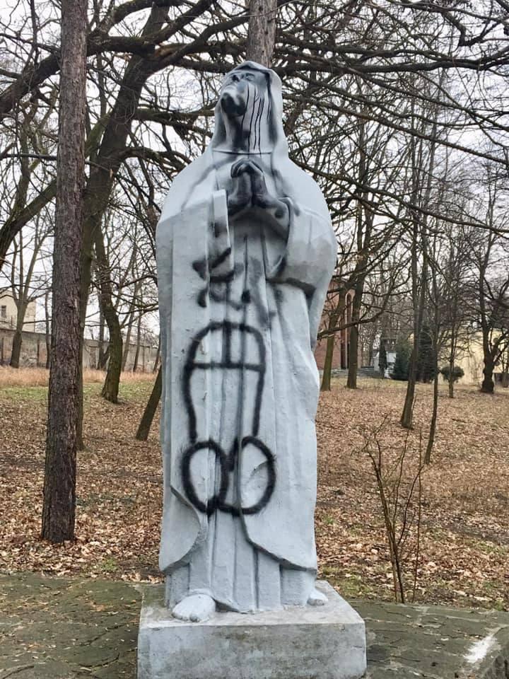 Akt wandalizmu z obrazą uczuć religijnych. Prawdopodobnie z piątku na sobotę (22/23.02.2019) dokonano tego zbezczeszczenia czterech kaplic różańcowych