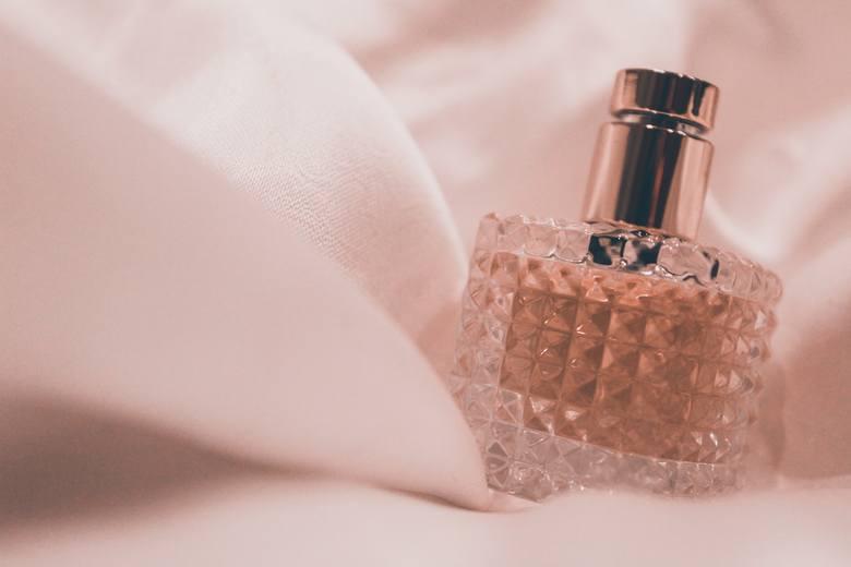 Wybierając perfumy, unikaj owocowych i kwiatowych zapachów, ponieważ mogą one przyciągać komary.