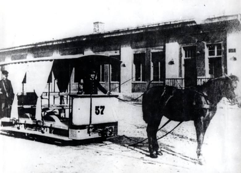 Pierwszy konny tramwaj rusza na trasę dokładnie 18 maja 1888 roku. Kto dziś więc skorzysta z miejskiej komunikacji, powinien mieć świadomość, że bydgoszczanie