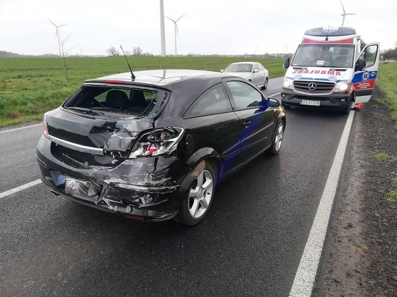 W piątkowy poranek na drodze krajowej nr 11 w poblizu miejscowości Tymień doszło do zderzenia trzech pojazdów - dwóch aut osobowych oraz samochodu ciężarowego.