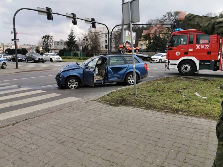 Około godziny 13 na placu Poznańskim w Bydgoszczy doszło do wypadku. Zderzyły się dwa samochody osobowe. Ze wstępnych informacji wynika, iż ranna została